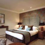 идея яркого дизайна спальни 15 кв.м картинка