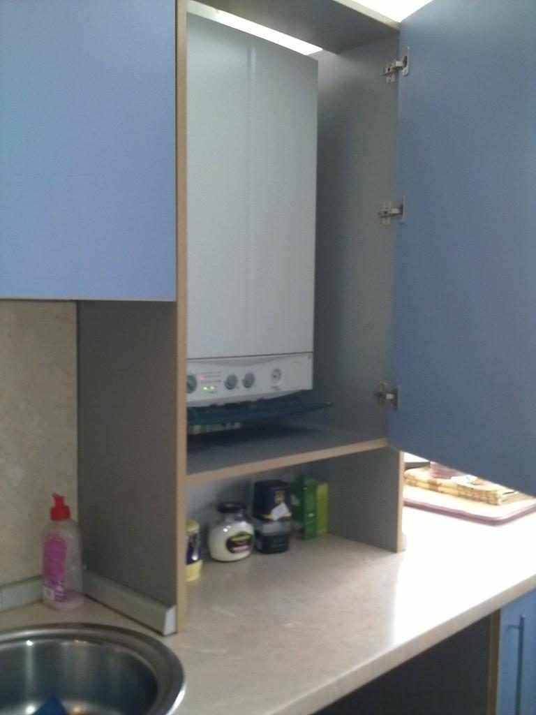 идея светлого интерьера кухни с газовым котлом