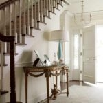 идея яркого дизайна коридора в частном доме картинка