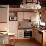 вариант светлого интерьера угловой кухни фото