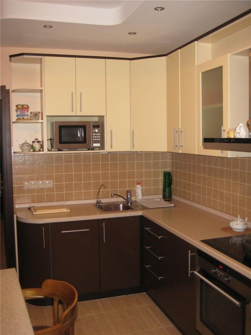 пример яркого дизайна угловой кухни