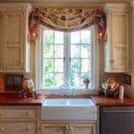 оформление окна на кухне статуэтки