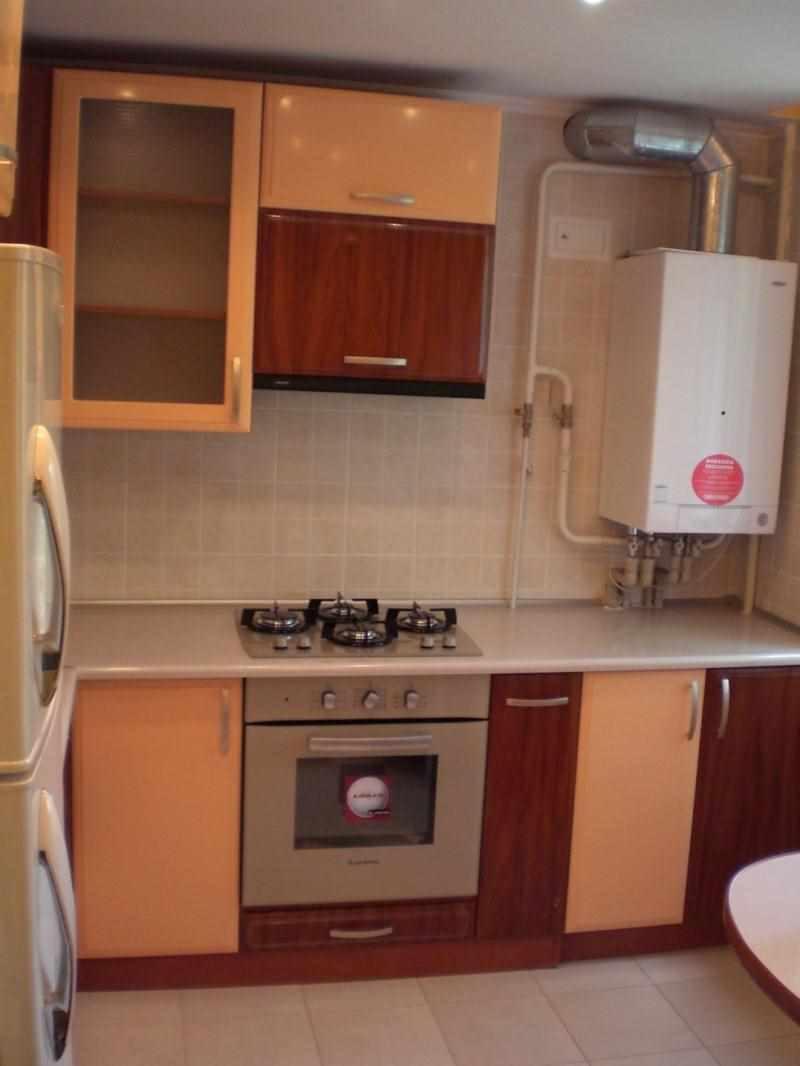 вариант яркого дизайна кухни с газовым котлом