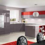 пример светлого декора красной кухни фото