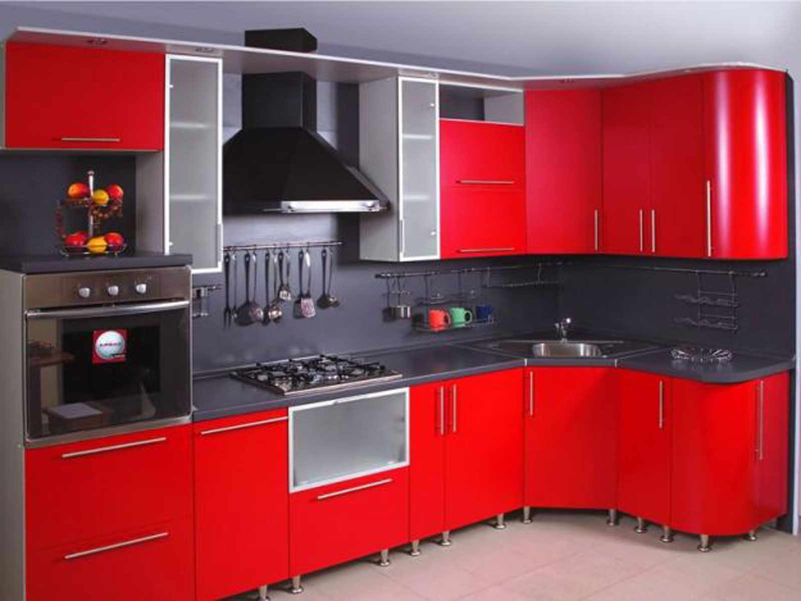 идея светлого интерьера красной кухни
