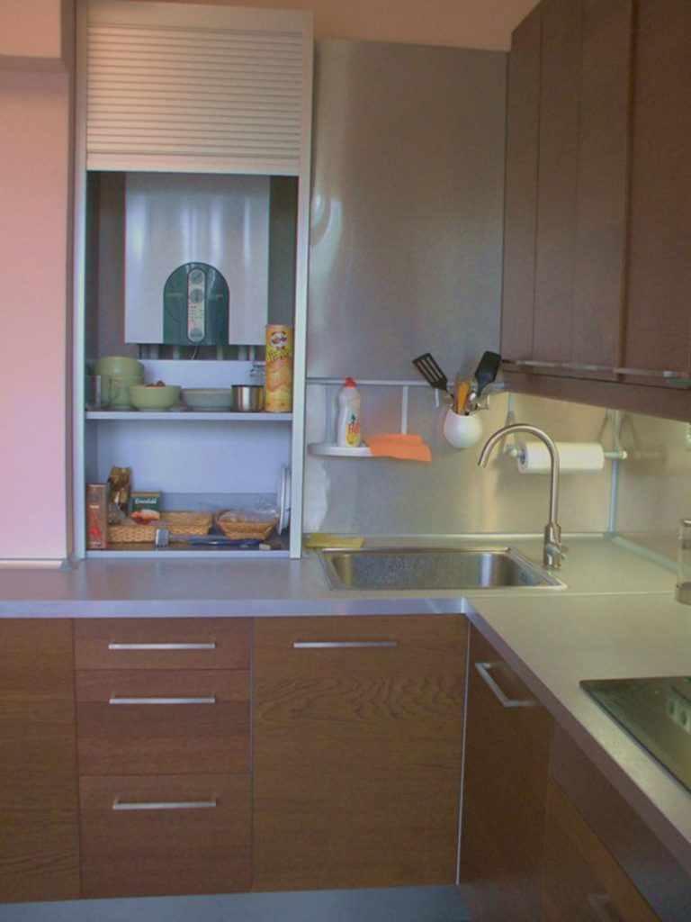 пример необычного стиля кухни с газовым котлом