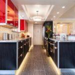 вариант красивого интерьера красной кухни картинка