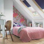 идея яркого декора спальни в мансарде картинка