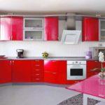 идея необычного дизайна красной кухни фото