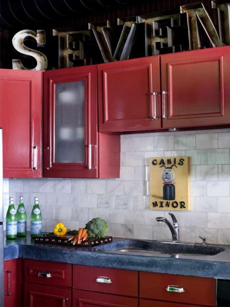 пример красивого стиля красной кухни