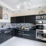 идея светлого интерьера угловой кухни фото