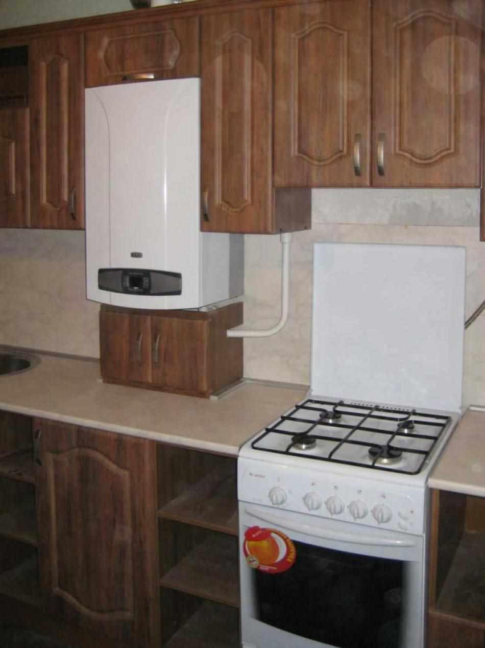идея красивого интерьера кухни с газовым котлом