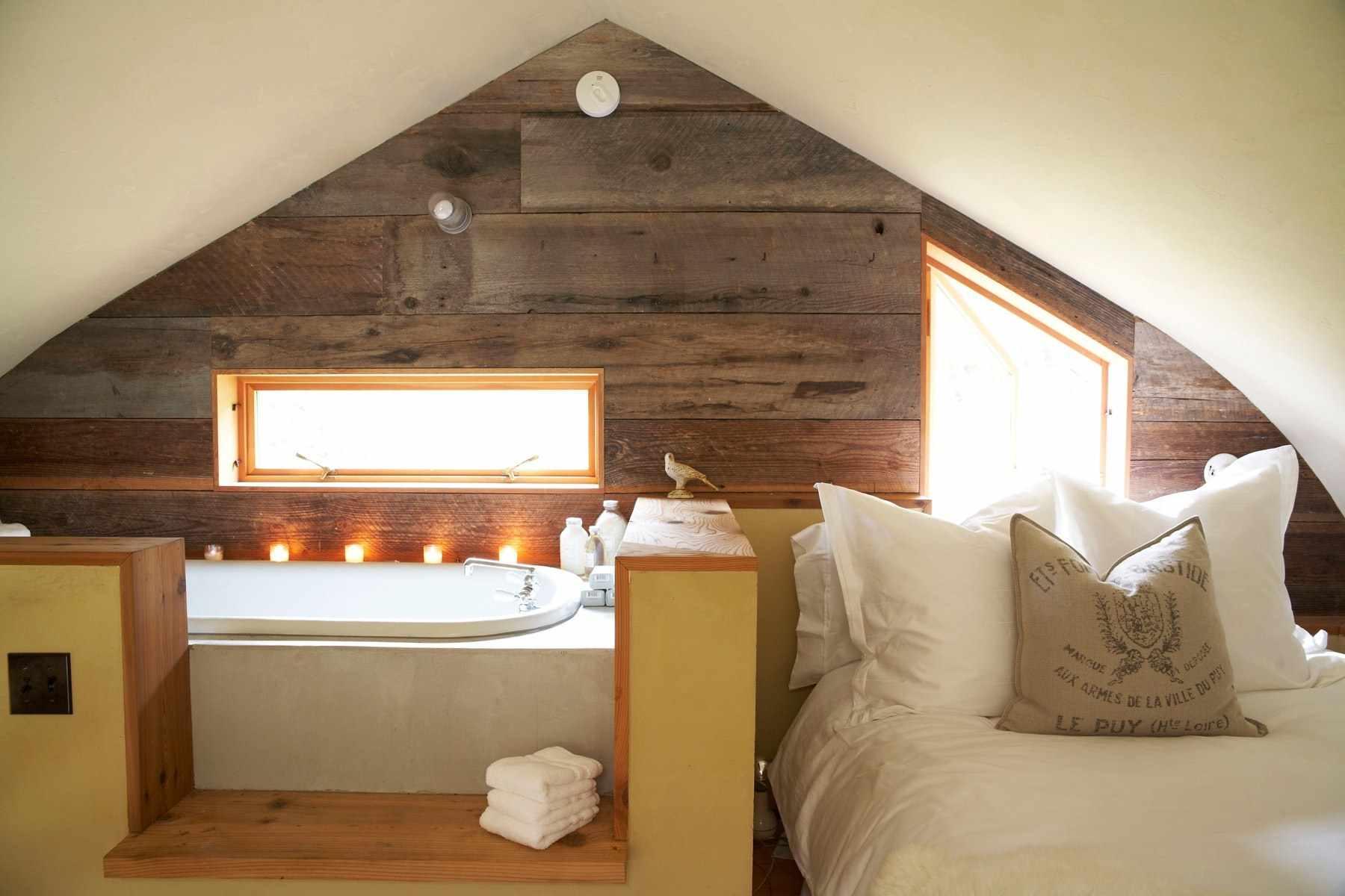 вариант необычного стиля спальни в мансарде
