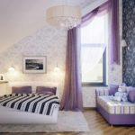 пример яркого интерьера спальной комнаты в мансарде фото