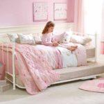 вариант яркого интерьера спальной комнаты для девочки картинка