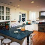 вариант светлого интерьера угловой кухни картинка