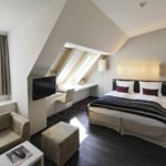 пример светлого стиля спальни в мансарде картинка