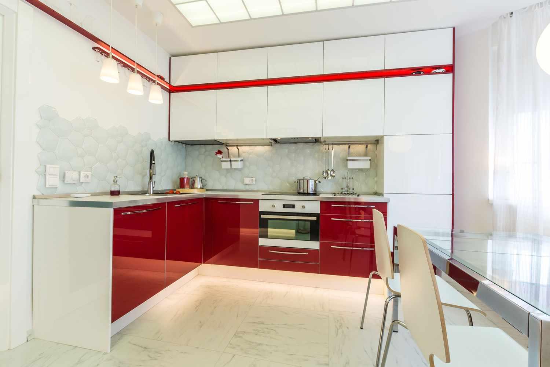 пример красивого декора красной кухни