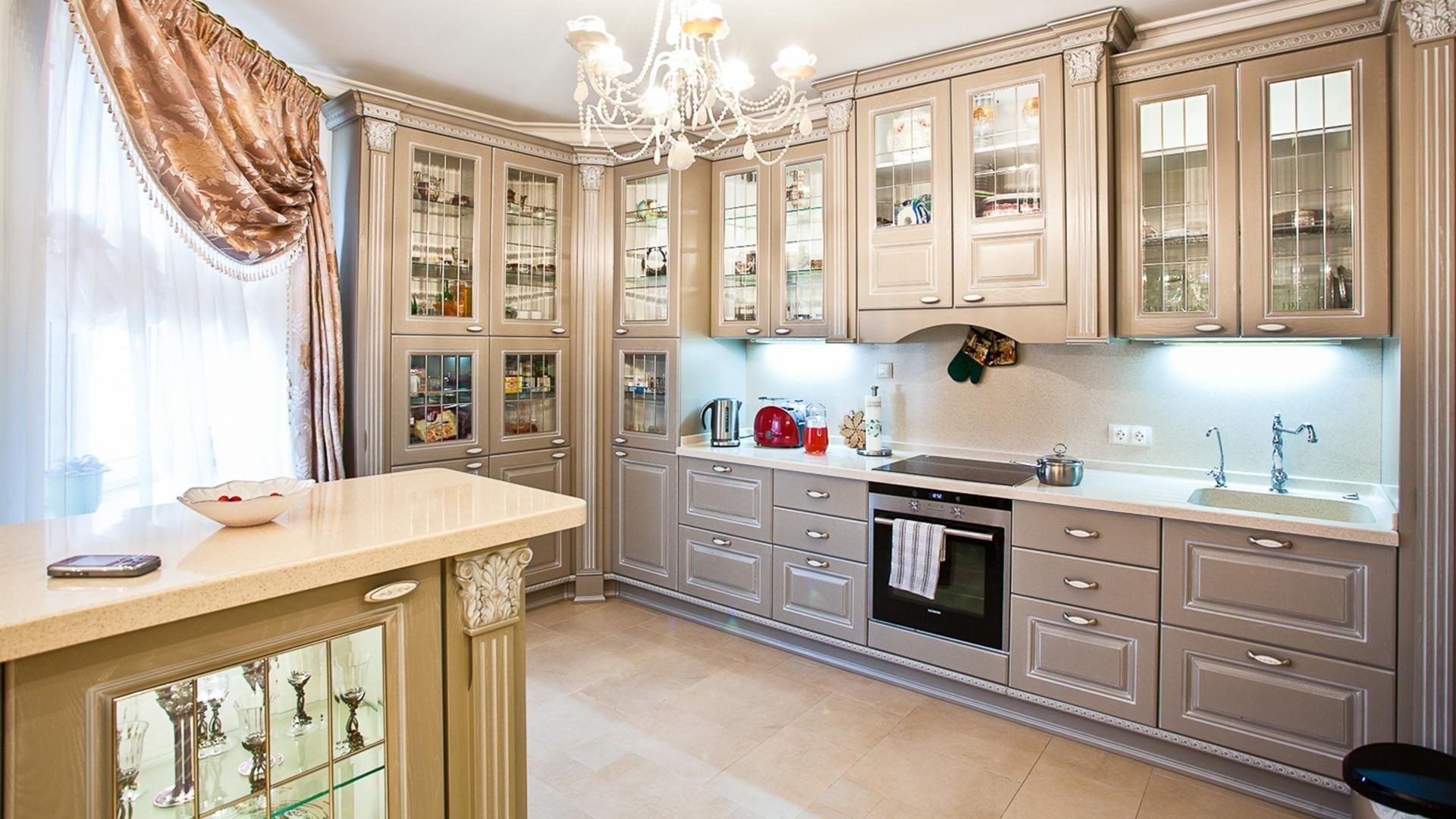 пример светлого декора угловой кухни