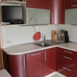 вариант светлого дизайна красной кухни фото