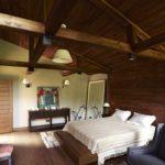 идея необычного стиля спальной комнаты в мансарде фото