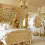 идея светлого дизайна спальной комнаты в мансарде картинка