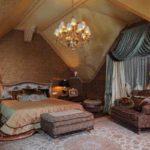 вариант яркого дизайна спальни в мансарде картинка