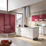 идея необычного интерьера красной кухни фото