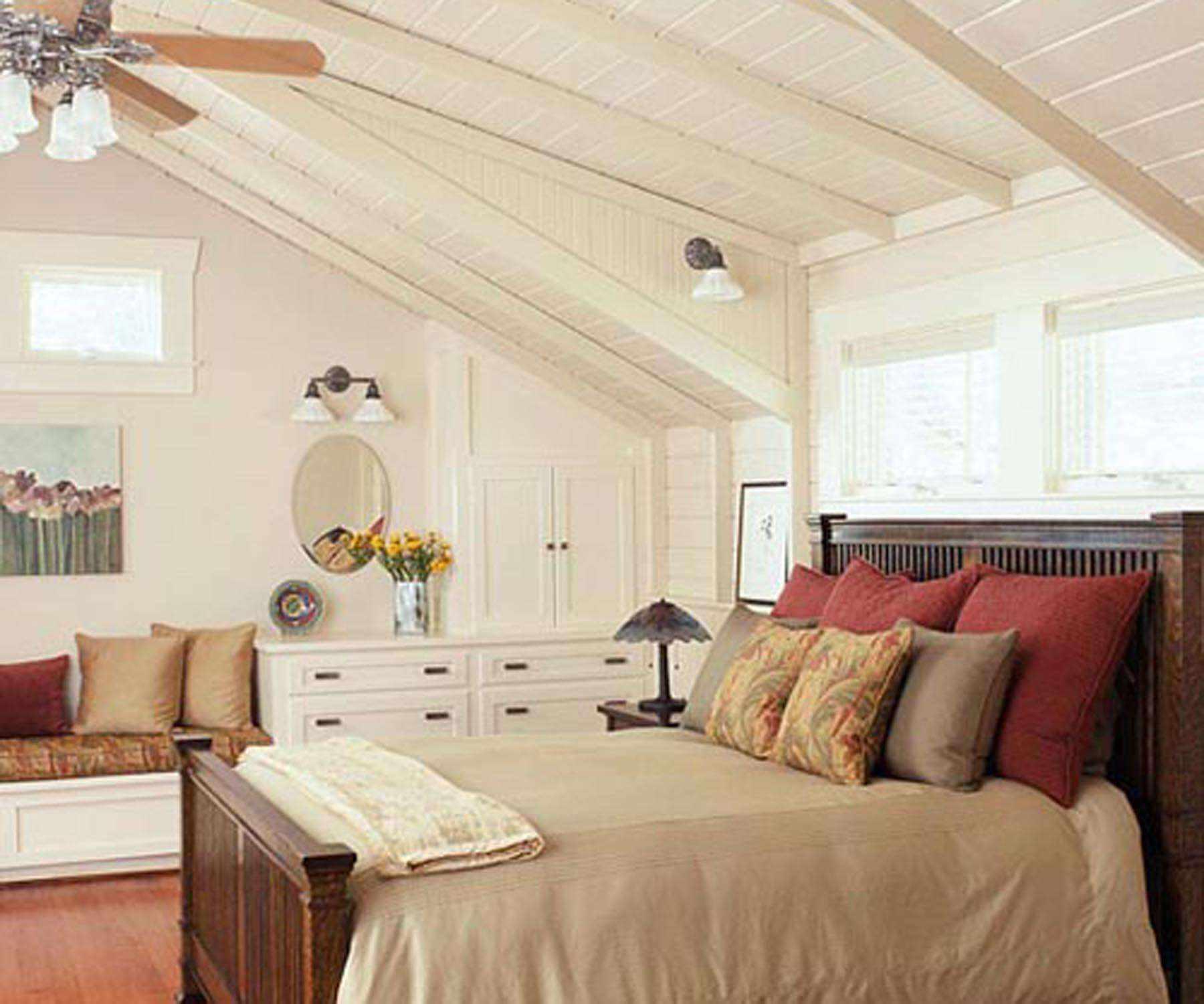 идея красивого дизайна спальной комнаты в мансарде