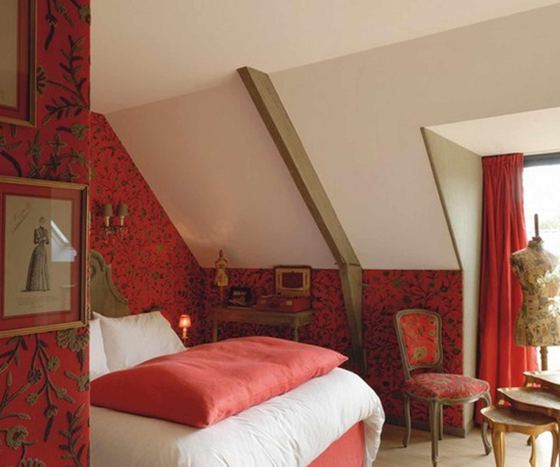 вариант светлого декора спальной комнаты в мансарде