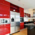 пример светлого стиля красной кухни картинка