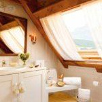 идея необычного декора спальни в мансарде картинка