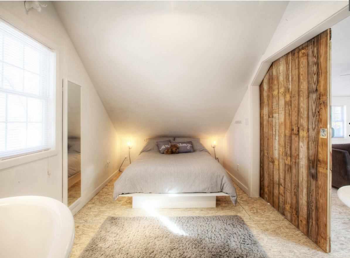 идея красивого стиля спальни в мансарде