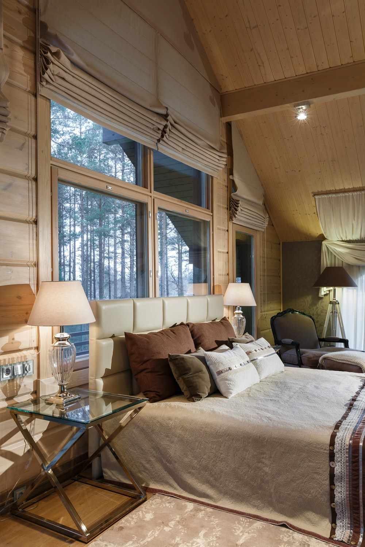 вариант яркого интерьера спальной комнаты в мансарде