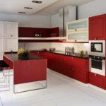 пример светлого интерьера красной кухни фото