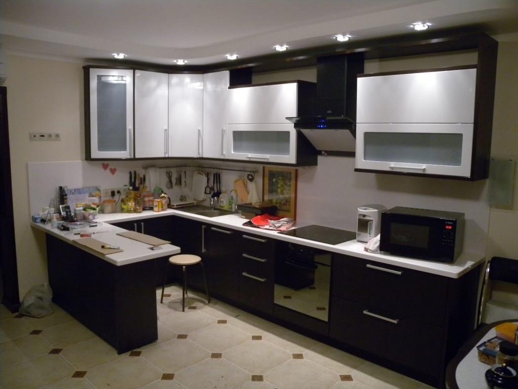 вариант светлого дизайна угловой кухни