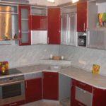 вариант светлого дизайна красной кухни картинка