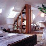 идея необычного декора спальни в мансарде фото