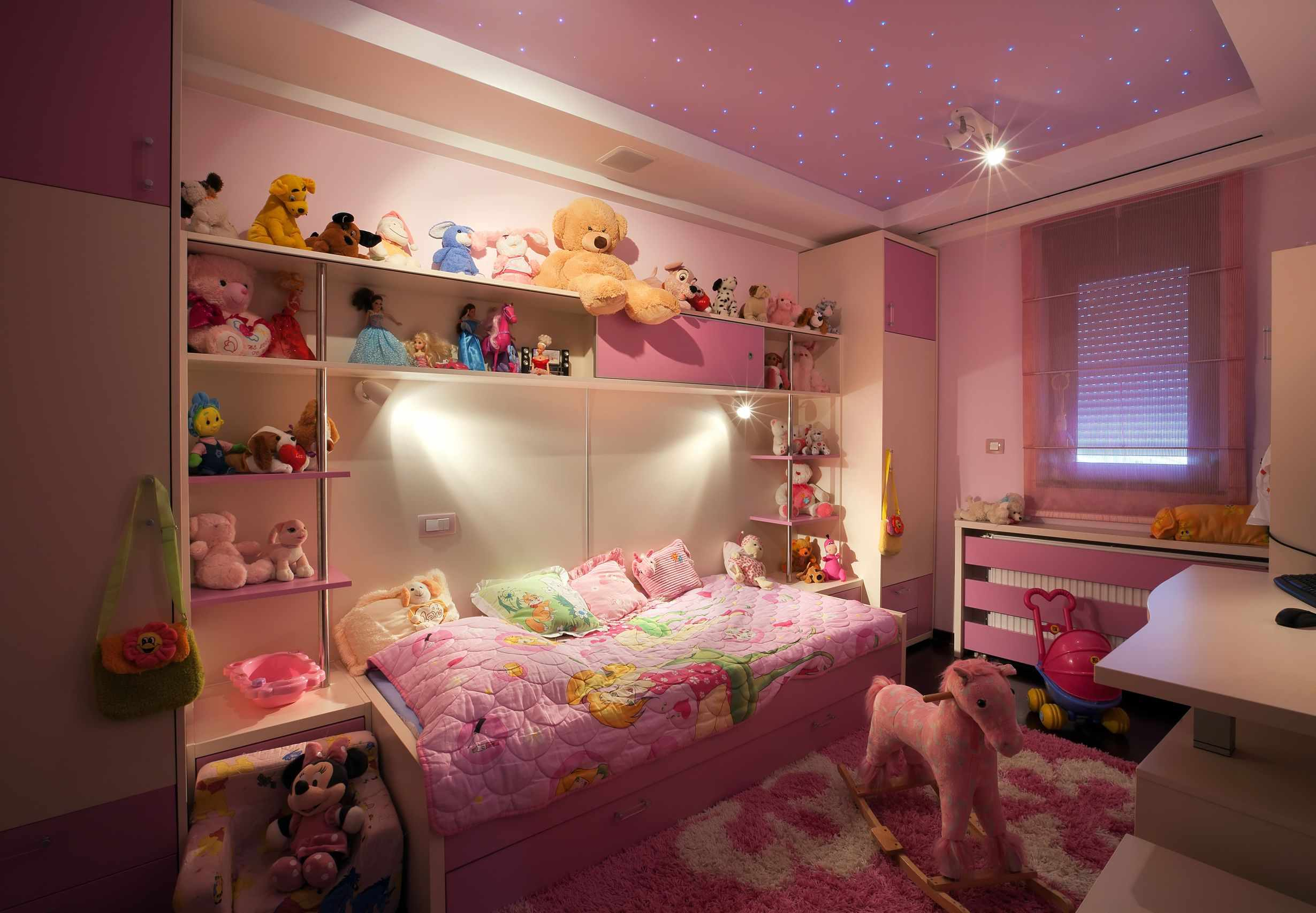 пример яркого интерьера спальни для девочки