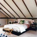 пример светлого интерьера спальной комнаты в мансарде фото