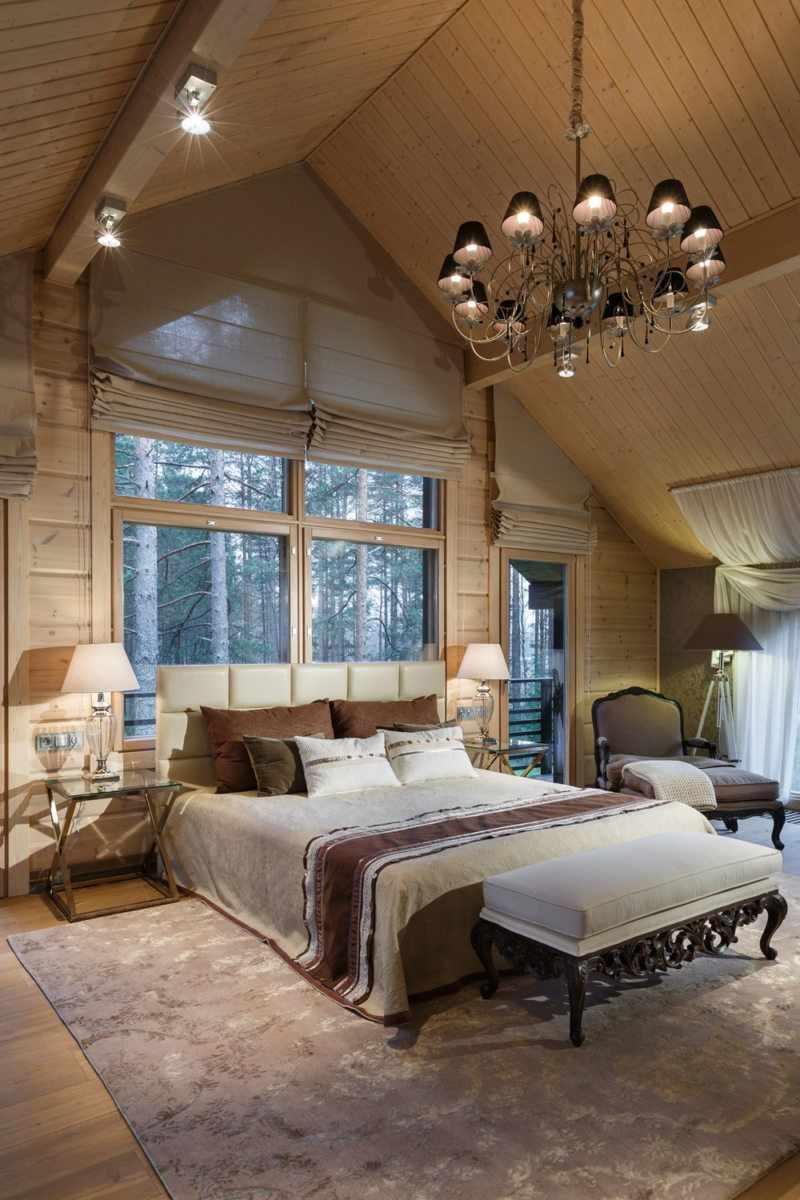 идея светлого интерьера спальной комнаты в мансарде