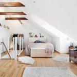 пример необычного дизайна спальни в мансарде фото