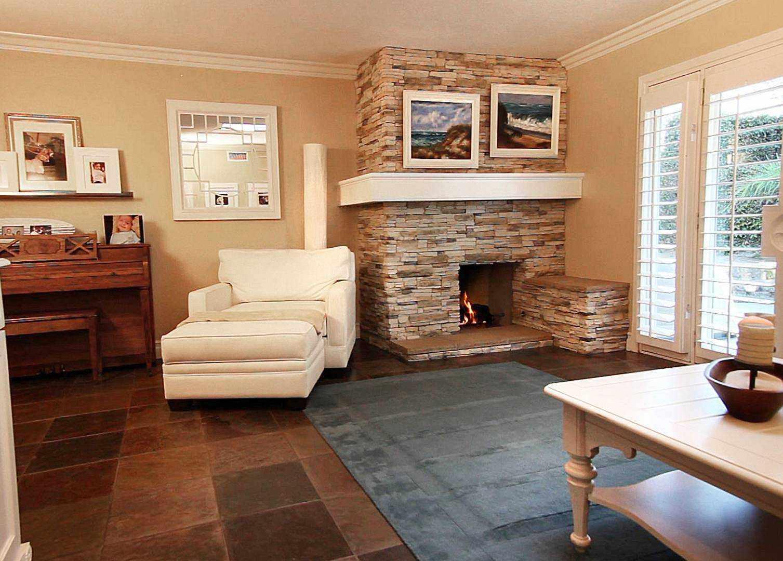 вариант использования яркого дизайна гостиной комнаты с камином
