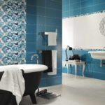 пример светлого интерьера ванной комнаты с облицовкой плиткой картинка