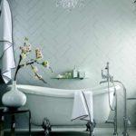 пример светлого интерьера ванной комнаты с облицовкой плиткой фото