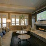 пример использования светлого декора гостиной комнаты с камином фото