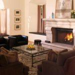 идея использования светлого интерьера гостиной комнаты с камином картинка