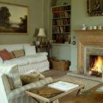 вариант применения красивого декора гостиной комнаты с камином фото