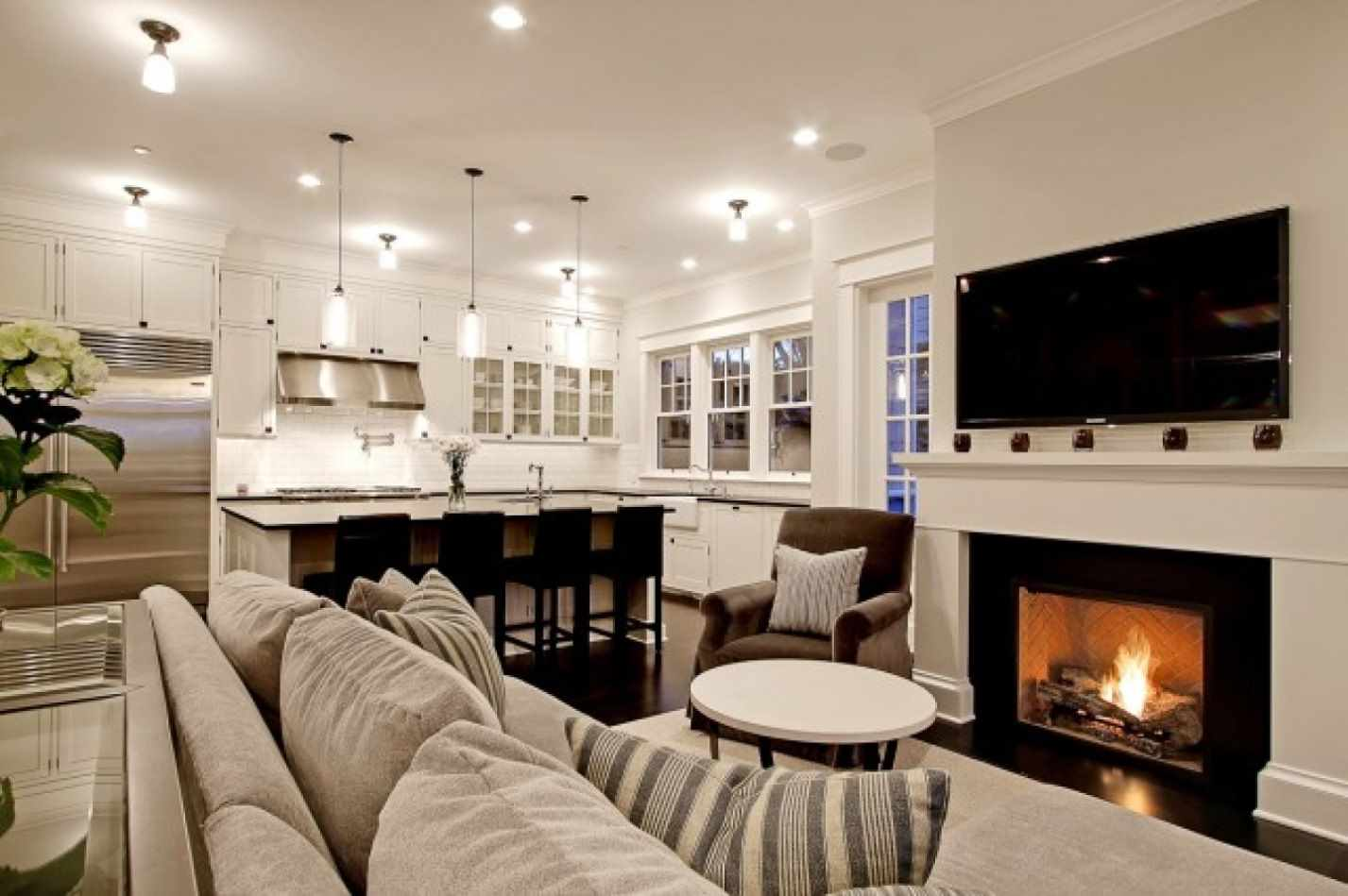 пример применения красивого декора гостиной комнаты с камином