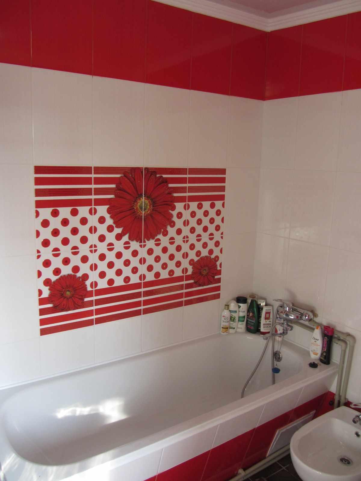 вариант светлого декора ванной комнаты с облицовкой плиткой